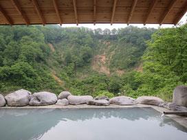 女湯の露天風呂!ぬる湯なので、景色を見ながら浸かっていると、いつまでも入っていられそうです(^^)男性陣は翌朝7時から入れます!