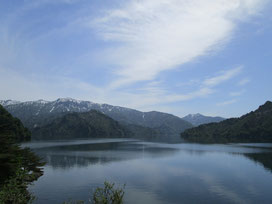 田子倉ダムから田子倉湖を眺める。静かで穏やか、山の残雪もこの時期ならでは(´▽`)