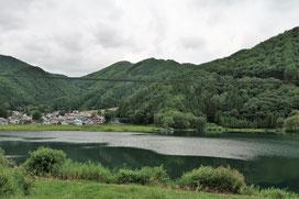 青木湖と木崎湖の中間にある中綱湖です。湖面が水鏡になって湖畔の木々が写っているのが綺麗だった(´▽`)