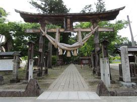 しばらく走って熊野神社で休憩。鳥居のしめ縄が立派です!大きな欅の老木も印象的でした!