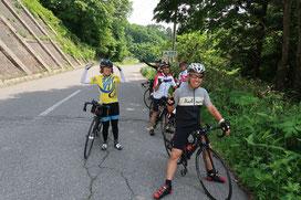 昼食後、県道の峠で記念撮影!