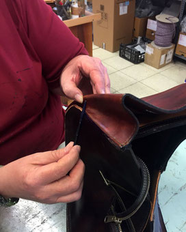 Handarbeit beim Färben der Lederkanten