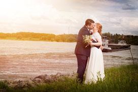 Hochzeitsfotograf - Paarportrait - Hochzeitsreportage am Rheinufer in Duisburg