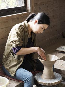 陶芸家、西山奈津のロクロでの制作風景