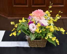 お棺(ひつぎ)の上の 小さな花かごです     花かごは 小さい方が 可憐で素敵です