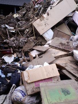 瓦礫で埋め尽くされた家
