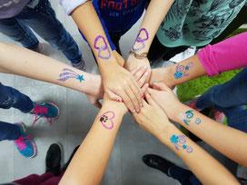 Feier bunter -  Glitzer Tattoos aus dem Kreis Düren.  Strahlende Augen vom Kindergartenkind bis zum Schulkind. Aber auch Erwachsene haben ihre Freude daran.