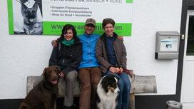 """Das """"Gluten-Team"""" vrnl: Katharina Locher mit Ella, Matthias Mück, Mirella Manser mit Keno"""