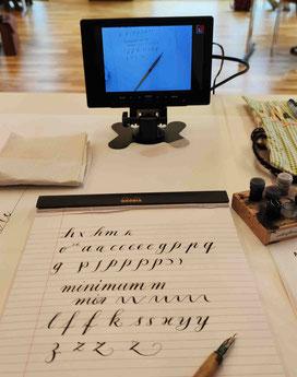 Sehr praktisch für die Kontrolle: ein kleiner Monitor vor der Kalligraphiedozentin