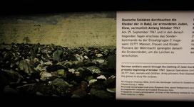 Holocaust in Babyn Jar, Kiew. Deutsche Soldaten durchsuchen die Berge ermordeter Juden in der Schlucht nach Wertsachen. Foto der Ausstellung im Museum Karlshorst