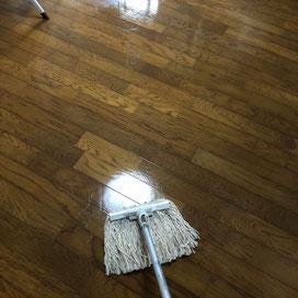 床のモップ掛け