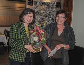 Sibylle Strobel bedankt sich bei Martina Metzger (rechts), die die Lohnbuchführung für den Verein macht.