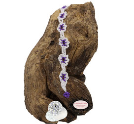 Bracelet au crochet de la collection Adronie, un joli bijou textile mélange de coton Oeko-Tex blanc et Rocailles violet clair le motif de la mûre de la  dentelle Oya , se répéte telle une rivière de pierres précieuses déposée sur le poignet