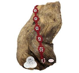 Bracelet au crochet de la collection Adronie. Dans ce  bijou textile, le motif de la mûre de la dentelle Oya est réparti le long du bracelet rouge foncé.Les grains du fruit sont symbolisés par les Rocaille de Bohème blanches