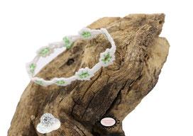 Bracelet au crochet de la collection Adronie, un joli bijou textile mélange de coton blanc Oeko-Tex et Rocailles vert transparent le motif de la mûre de la  dentelle Oya , se répéte telle une rivière de pierres précieuses déposée sur le poignet