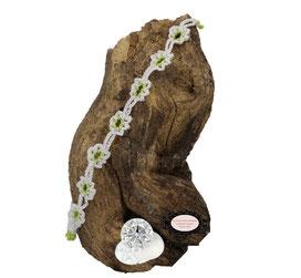 Bracelet au crochet de la collection Adronie, un joli bijou textile mélange de coton Oeko-Tex blanc et Rocailles vert pale le motif de la mûre de la  dentelle Oya , se répéte telle une rivière de pierres précieuses déposée sur le poignet