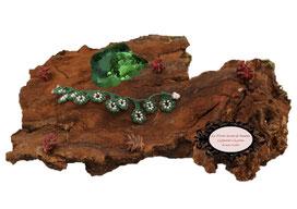 bracelet au crochet de la collection Valicia, un bijou textile réalisé dans un coton vert épicéa et Rocailles de Bohème blanches, une délicate dentelle hypo allergique à glisser autour de votre poignet
