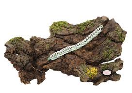 Bracelet textile Aerin, simple rénal, réalisé au crochet mêlant coton blanc et rocailles de Bohème vertes transparentes