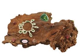 bracelet au crochet de coton Oeko-Tex vert et Rocailles de Bohème blanches, une délicate dentelle hypo allergique à glisser autour de votre poignet