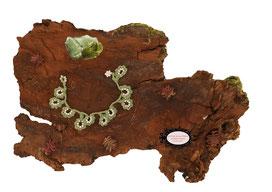 Le bracelet crochet de la collection Valicia, crocheté à la main, est un bijou textile réalisé dans un coton vert sauge parsemé deRocailles deBohème blanches