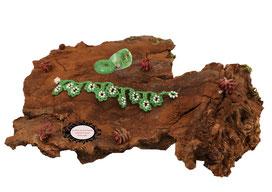 bracelet au crochet de la collection Valicia, bijou textile réalisé dans un coton vert parsemé de Rocailles de Bohème blanches, une délicate dentelle hypo allergique à glisser autour de votre poignet