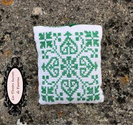 coussin de lavande vert au point de croix, motif d'inspiration médiévale, rechargeable