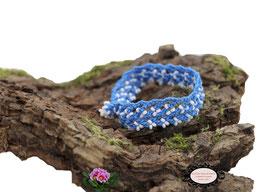 bracelet Aerin, réalisé au crochet d'art, un bijou textile réalisé en coton bleu turquoise, des perles blanches ont été incluses en cours de travail. Un bijou hypoallergénique, il se ferme par une boule de perles glissée dans un maillon crocheté et perlé