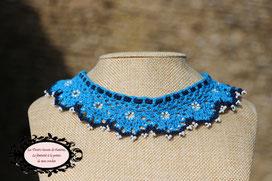 col Claudine au crochetd'Art, turquoise et bleu marine, perles de rocaille blanche, hypoallergénique, il se noue autour de votre cou avec un lacet