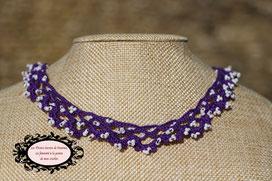 Collier tour de cou hypoallergénique crocheté à la main en coton violet et perles de rocailles blanches