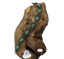 Bracelet au crochet de la collection Adronie. Pour ce bijou textile, le motif de la mûre de la dentelle Oya est réparti le long du bracelet vert.Les grains du fruit sont symbolisés par les Rocaille de Bohème blanches