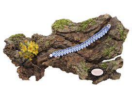 bracelet Aerin, réalisé au crochet d'art, un bijou textile réalisé en coton bleu Roy, des perles blanches ont été incluses en cours de travail. Un bijou hypoallergénique, il se ferme par une boule de perles glissée dans un maillon crocheté et perlé