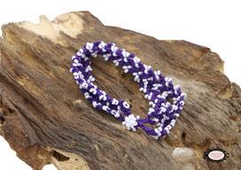 Bracelet Aerin double rang réalisé au crochet d'art, un  bijou textile mêlant coton violet et rocailles blanches, un élégant motif pour ce bijou qui prendra vie à votre poignet.