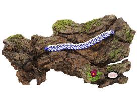 bracelet Aerin, réalisé au crochet d'art, un bijou textile réalisé en coton blanc, des perles bleues foncées ont été incluses en cours de travail. Un bijou hypoallergénique, il se ferme par une boule de perles glissée dans un maillon crocheté et perlé