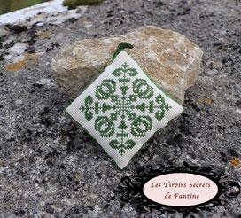 coussin de lavande rechargeable, motif d'inspiration médiévale, brodée recto verso, finition soignée: couture aux perles