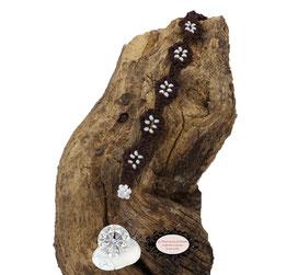 Bracelet au crochet de la collection Adronie. Un bijou textile réalisé au crochet d'Art. Le motif de la mûre de la dentelle Oya est réparti le long du bracelet marron.Les grains du fruit sont symbolisés par les Rocaille de Bohème blanches