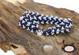 bracelet au crochet Aerin double rang mélange d'un coton bleu foncé et de rocailles de Bohème blanches, un joli bijou textile fermé par une boule de perles à glisser dans un maillon perlé