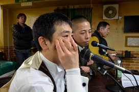 実況席から実況中に、解説者の2人のプロを撮りました。左:梅田プロ、右:鈴木プロ