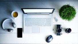 Laptop, Kopfhörer und Kamera
