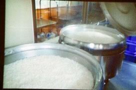 園内の調理場の大きな釜で炊きたてのご飯を提供しています