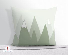 Kissen für Kinderzimmer und Babys mit Bergen in Salbeigrün aus Baumwollstoff