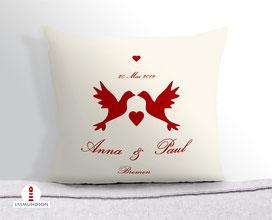Hochzeitsgeschenk Kissen personalisiert mit Tauben in Rot auf Creme aus Baumwollstoff - alle Farben möglich
