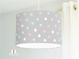 Lampe für Babyzimmer mit Punkten in rosa, türkis und weiß auf Hellgrau aus Baumwollstoff - alle Farben möglich