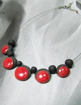 collier de perles en céramique rouge et noir