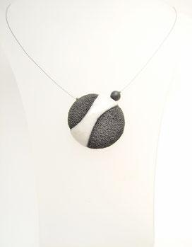 collier contemporain en céramique noir et blanc