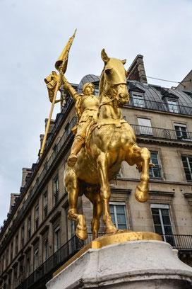 Johanna von Orleans - bekannt als Jeanne d´Arc oder die Jungfrau von Orleans. Heldin der Franzosen im 100jährigen Krieg gegen England.