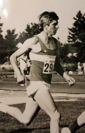 Karl Sendlinger ist nicht nur Initiator der LG. Noch heute ist er als Übungsleiter und auch sportlich sehr aktiv. Seine Vereinsrekorde über 3000 Hindernis und die Deutsche Meile sind bislang ungeschlagen.