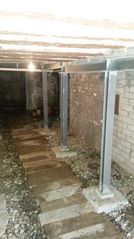 Fundation und Stahlkonstruktion eines Kellers