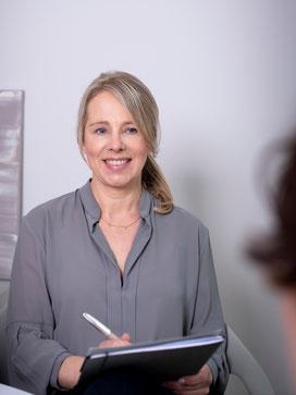 Christiane Rademann in einem Coachinggespräch