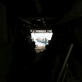 少し覗かせてもらうと…舟屋から出航!