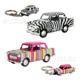Das Bild zeigt Trabant Modellautos und Schlüsselanhänger im Streifen-Look und Zebra-Look.